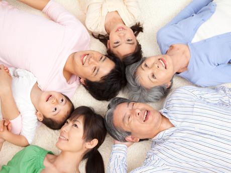 笑ってる高齢者と家族